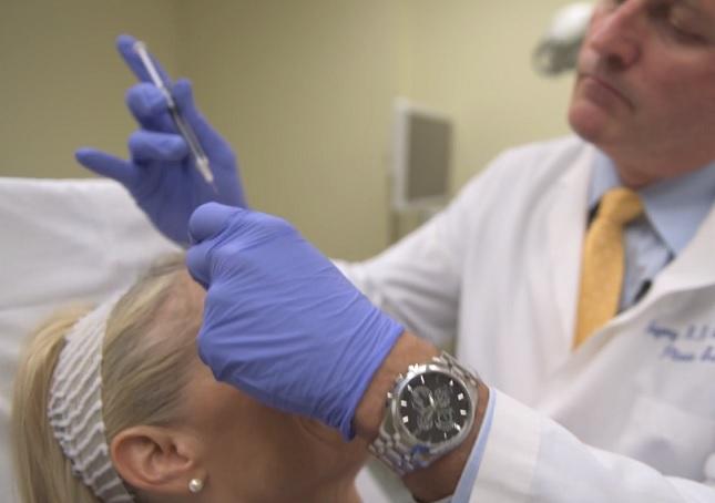 Botox je mezi ženami oblíbený hlavně ztoho důvodu, že rychle a bez operace dokáže vyhladit vrásky. Co se však neví, je, že další vrásky vobličeji může naopak přidělat a na…