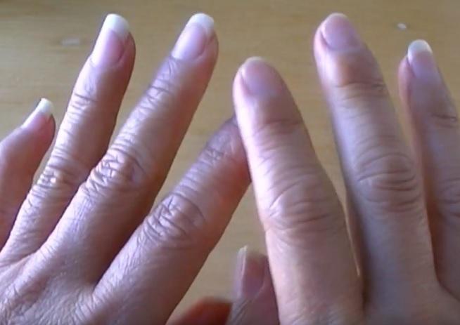 Zima rukám příliš nesvědčí. Jsou suché, praskají a bolí. Nechcete-li utrácet za drahou kosmetiku, pak využijte babských rad, kterými pokožce rukou jen prospějete.  Zima, mráz, vítr, prudké změny teplot. Nic ztoho…